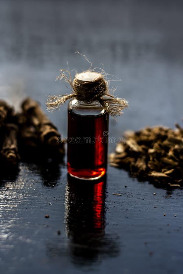 Esencia de la zarzaparrilla o del nannari india usado como una sustancia aromática o extracto, en casi todos los sherabats para t fotos de archivo libres de regalías