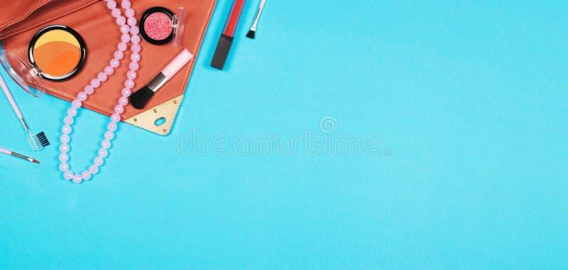 Esencial de la mujer de la moda en el fondo azul, visión superior imagenes de archivo