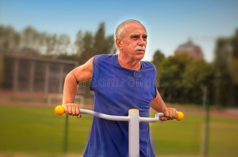 ESenior人锻炼 免版税库存照片