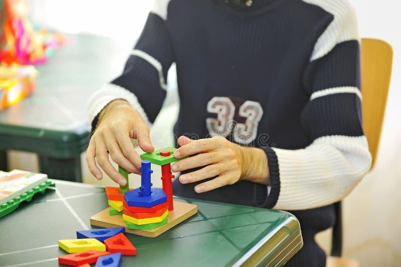 Esercitazione andicappata dell'uomo con il giocattolo fotografia stock libera da diritti