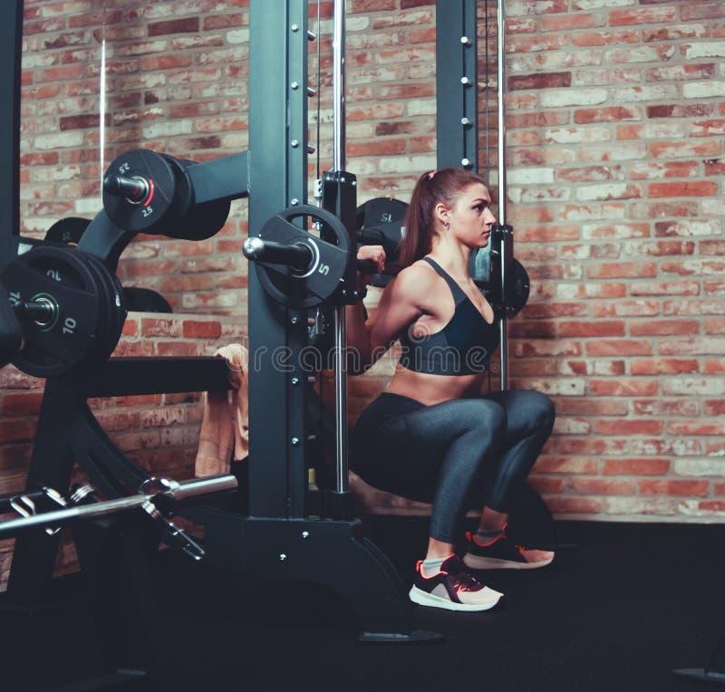 Esercitazione atletica concentrata della donna fotografie stock