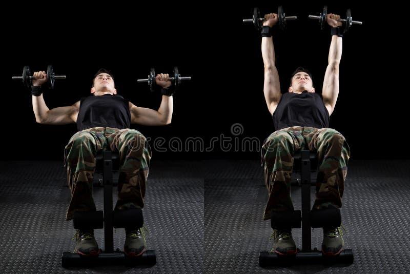 Esercitazione atletica dell'uomo fotografia stock