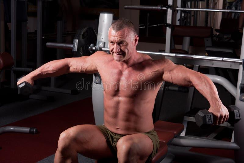 Esercitazione del Bodybuilder fotografie stock libere da diritti