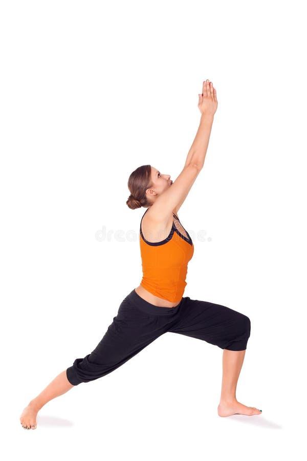 Esercitazione di pratica di yoga di posa 1 del guerriero della donna immagine stock libera da diritti