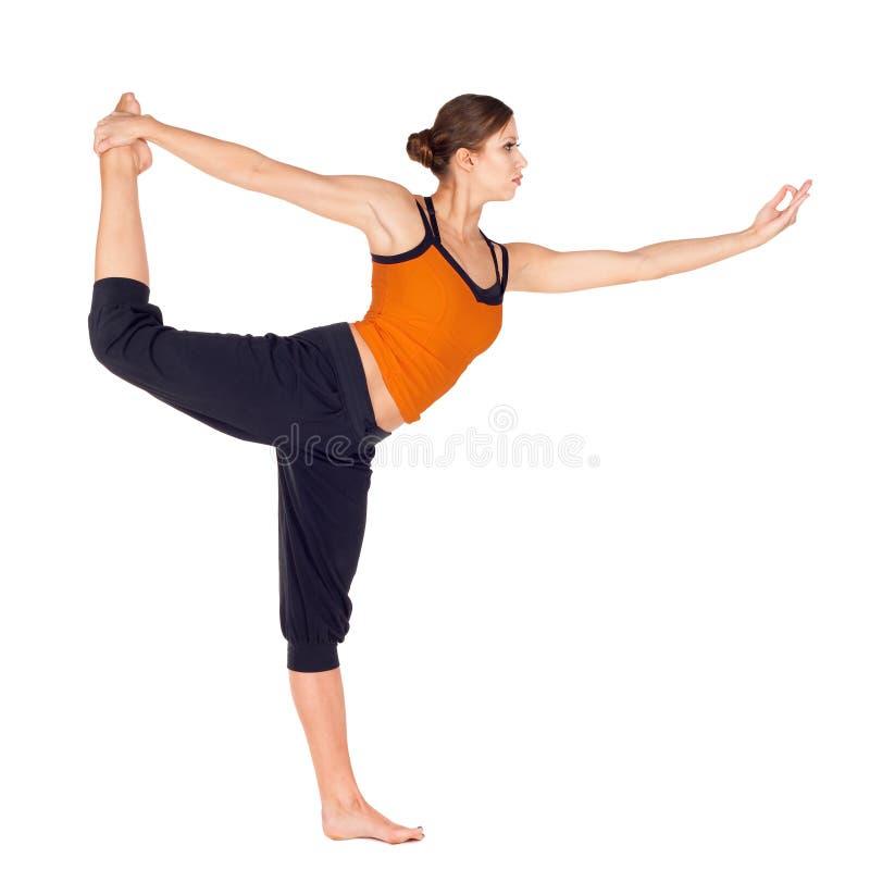 Esercitazione di pratica di yoga di posa del danzatore della donna fotografia stock libera da diritti