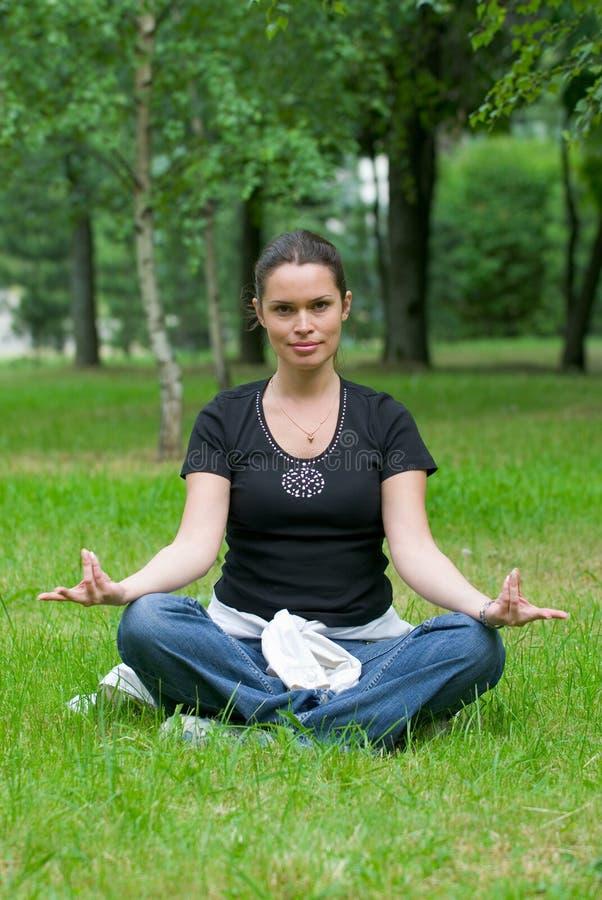Esercitazione di ricreazione di yoga fotografia stock libera da diritti