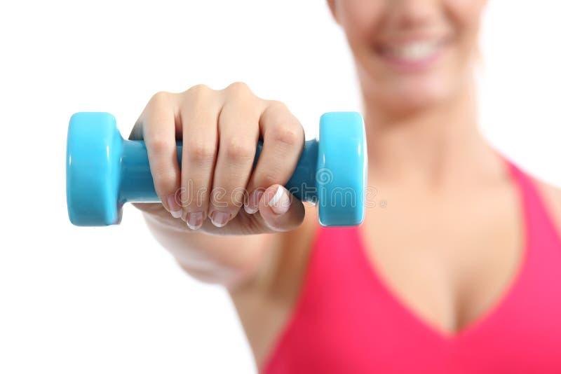 Esercitazione di sollevamento dei pesi della sportiva di forma fisica aerobica fotografie stock libere da diritti