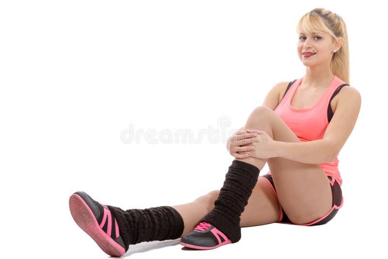 Esercitazione sexy sorridente della donna di bellezza di forma fisica isolata su bianco immagini stock libere da diritti