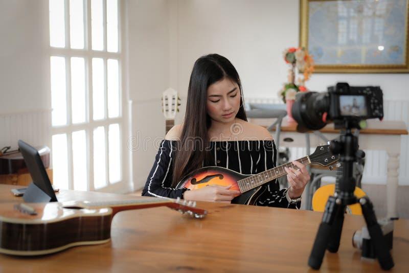 Esercitazione in tensione dello strumento di musica di radiodiffusione di blogger sui media sociali vlogger che registra il video fotografie stock