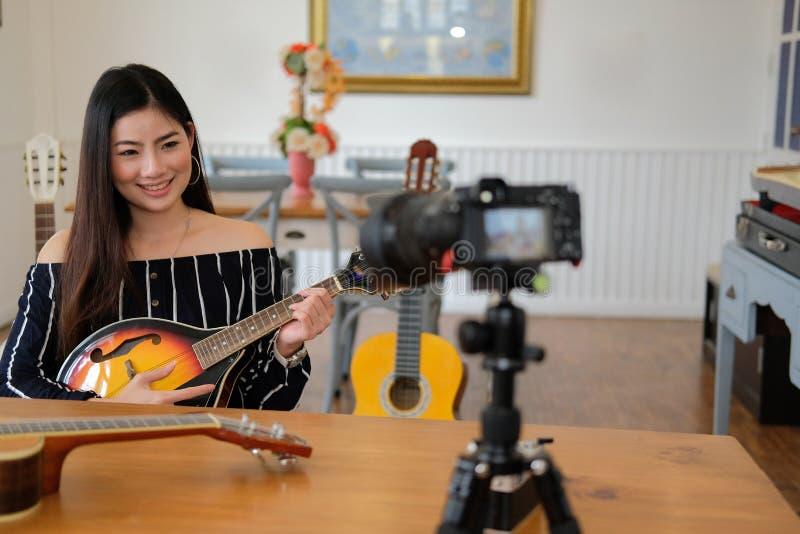 Esercitazione in tensione dello strumento di musica di radiodiffusione di blogger sui media sociali vlogger che registra il video immagine stock