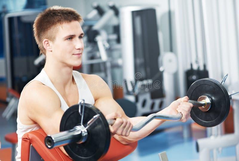 Esercitazioni del muscolo del bicipite di allenamento dell'uomo del Bodybuilder fotografia stock libera da diritti