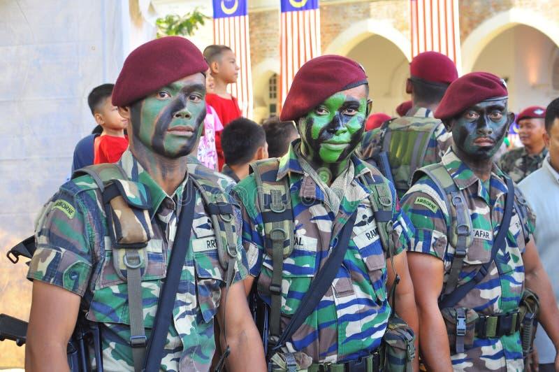 Esercito rosso del berreto in commando uniformi fotografia stock