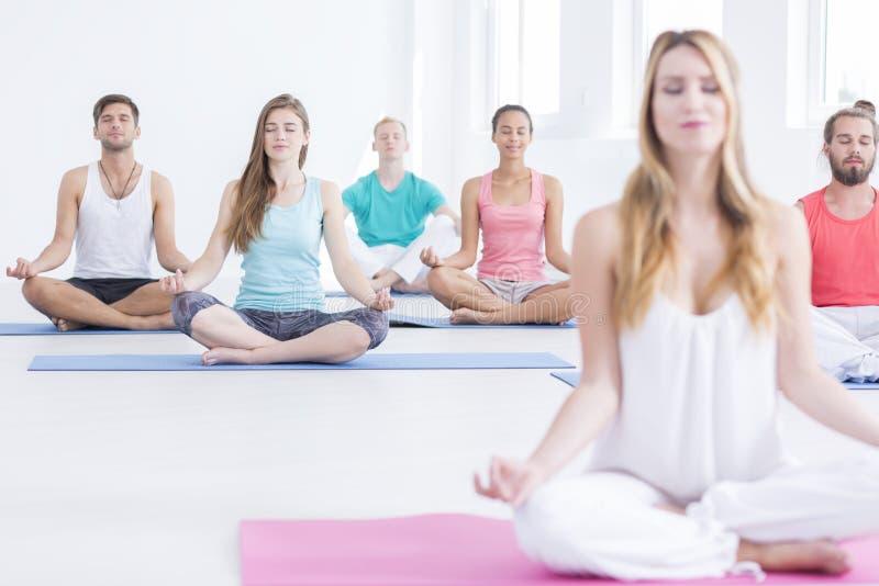 Esercizi di rilassamento di yoga immagine stock libera da diritti