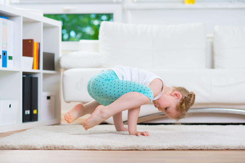 Esercizi di yoga di mattina fotografia stock libera da diritti