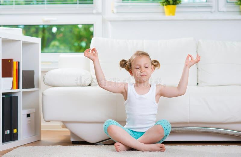 Esercizi di yoga di mattina immagini stock