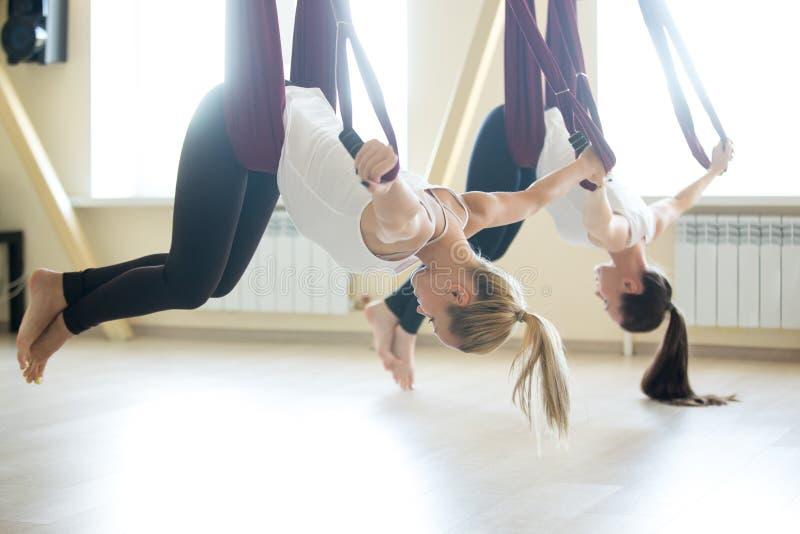 Esercizio aereo di yoga fotografie stock