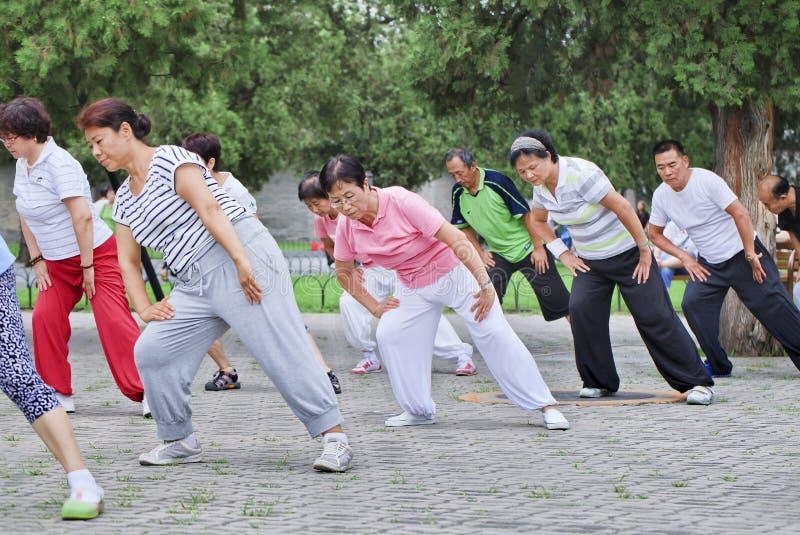 Esercizio collettivo in un parco, Pechino, Cina di primo mattino fotografia stock