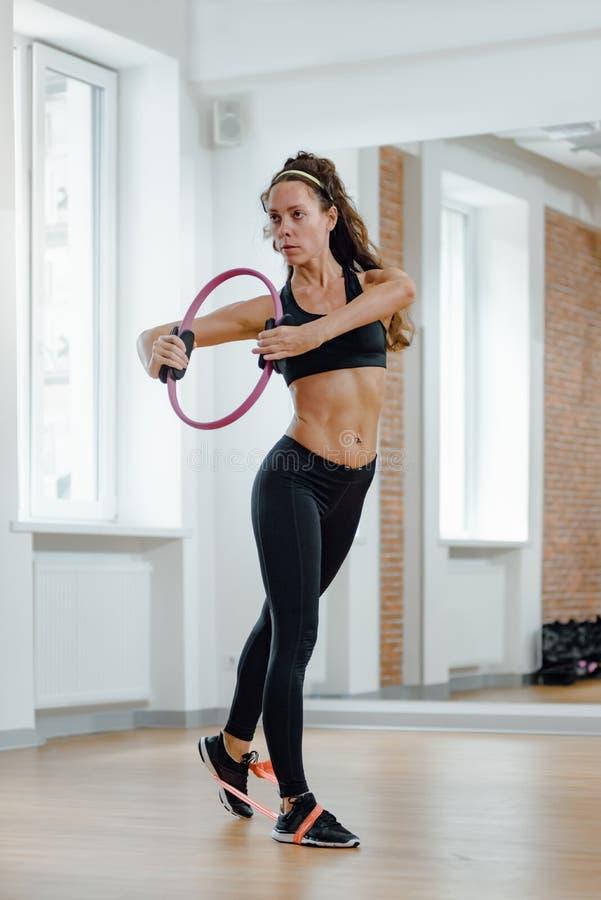 Esercizio con anello di pilates fotografie stock libere da diritti