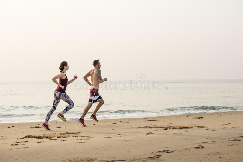 Esercizio corrente che prepara la spiaggia sana di stile di vita immagine stock