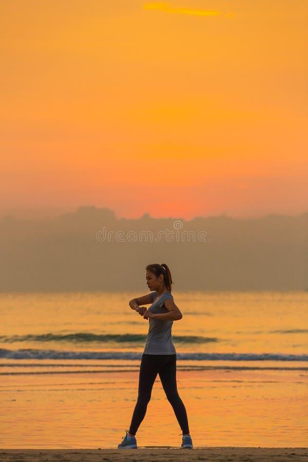 Esercizio della donna sulla spiaggia immagini stock