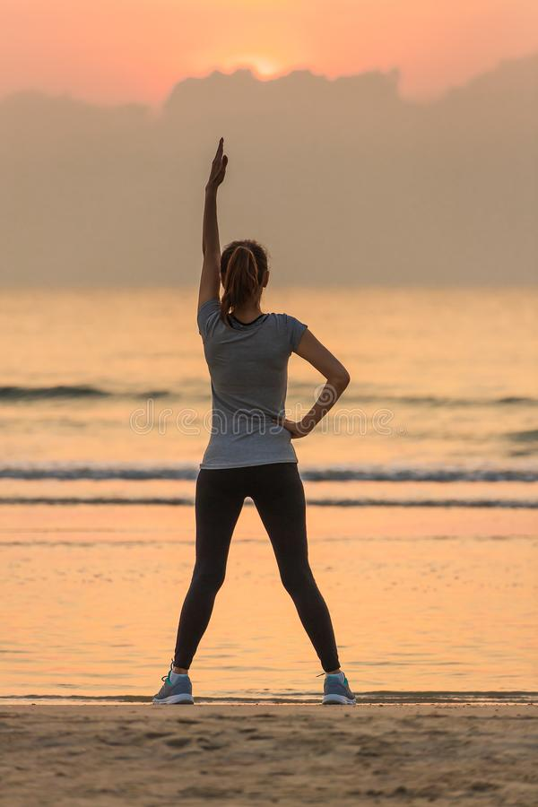 Esercizio della donna sulla spiaggia immagini stock libere da diritti