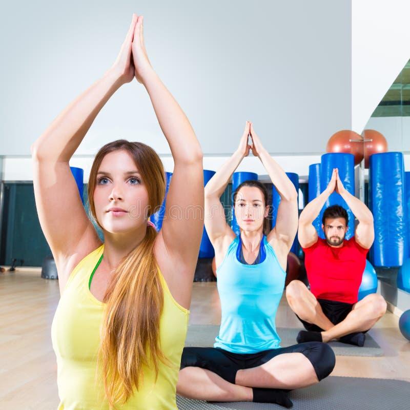 Esercizio di allenamento di yoga nel gruppo della gente della palestra di forma fisica immagini stock libere da diritti