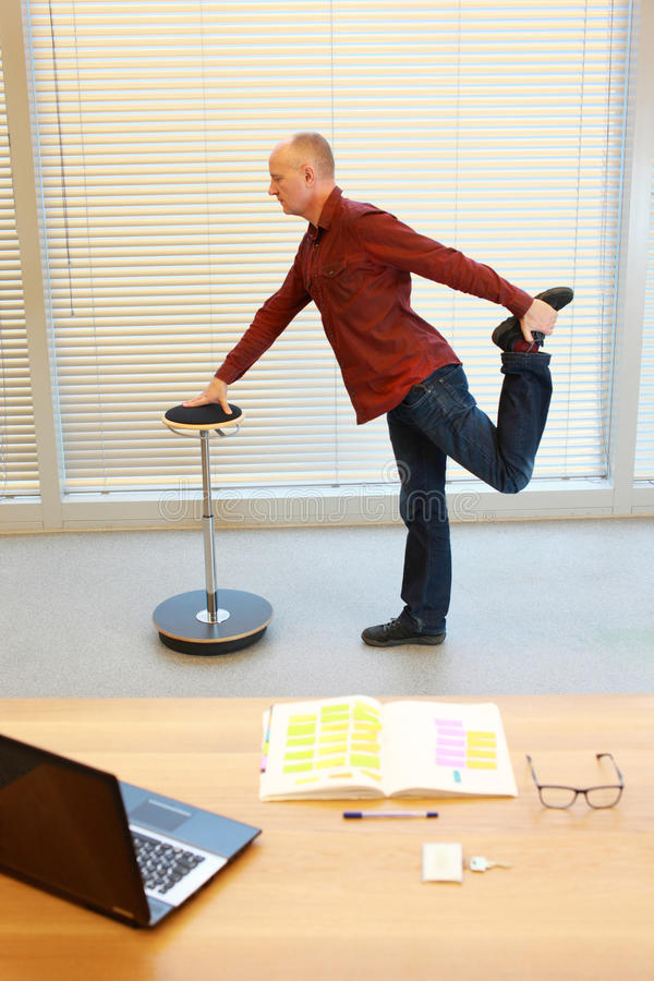 Esercizio di gamba dell'uomo di medio evo fotografie stock libere da diritti