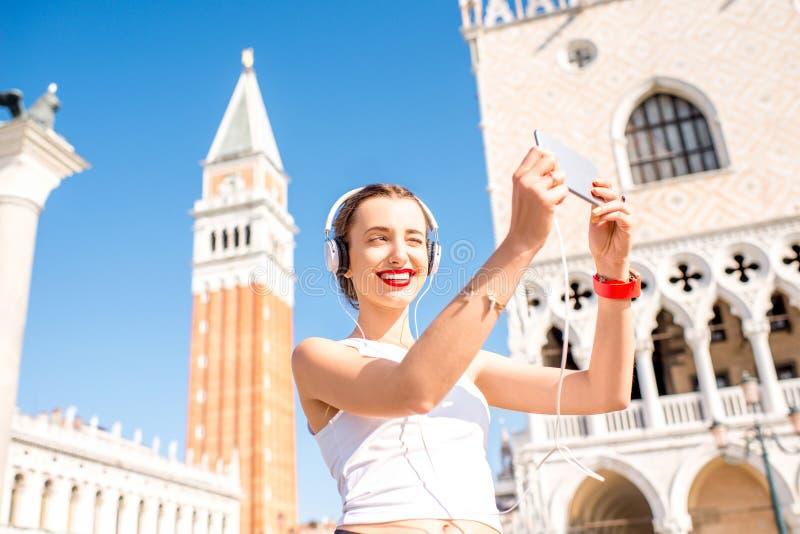 Esercizio di mattina nella vecchia città di Venezia immagini stock