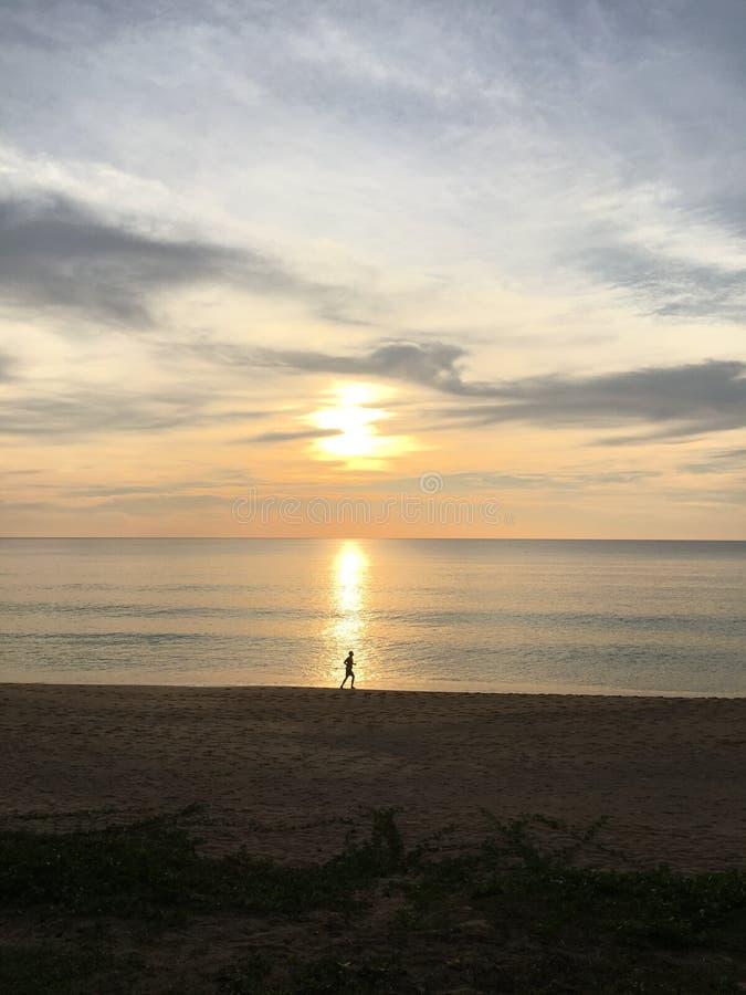 Esercizio di sera sulla spiaggia fotografia stock