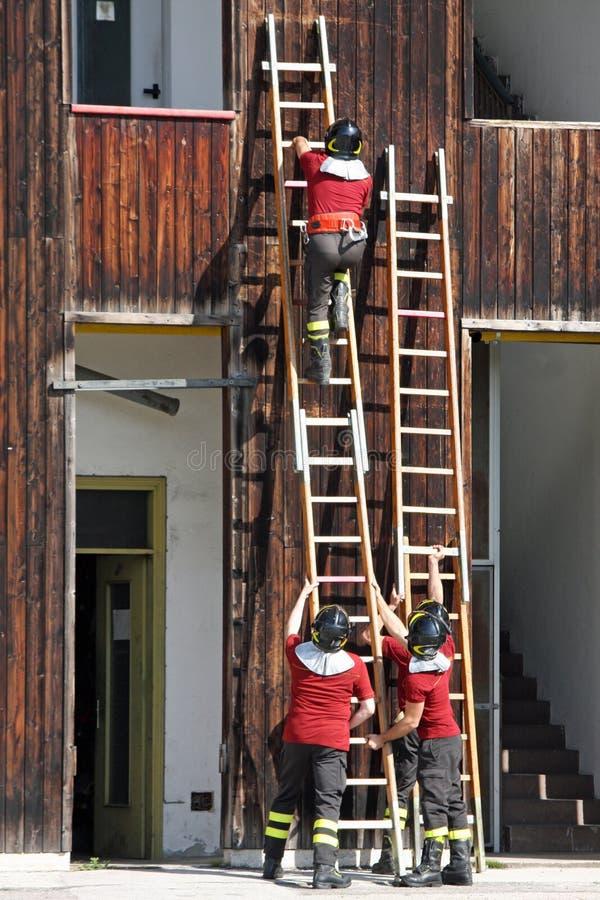 Esercizio ed addestramento dei pompieri nella caserma dei pompieri con w immagini stock