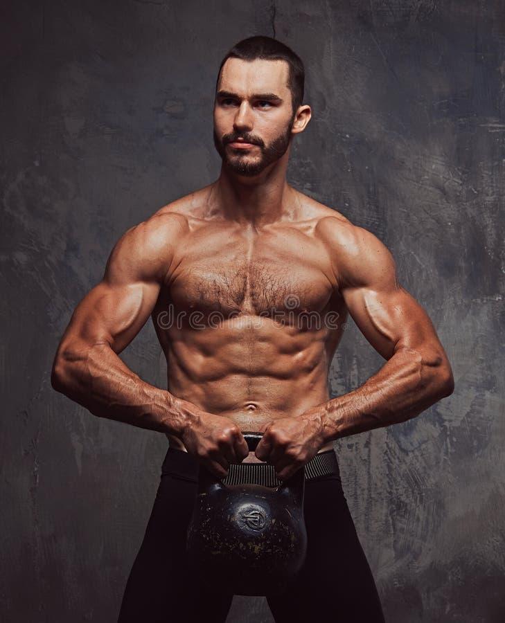 Esercizio facente maschio senza camicia barbuto atletico brutale con dumbb fotografia stock libera da diritti