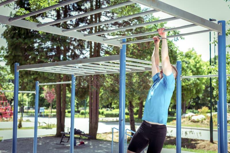Esercizio sulle barre di scimmia in parco immagini stock libere da diritti