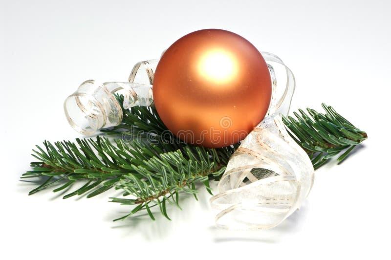 Esfera alaranjada da árvore de Natal fotografia de stock royalty free