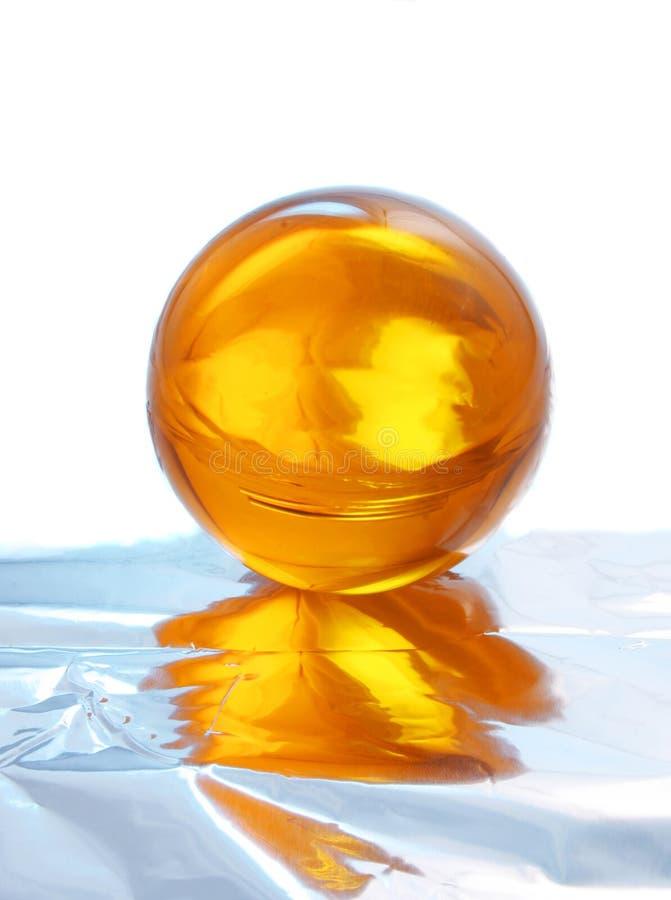 Esfera de cristal amarela abstrata foto de stock