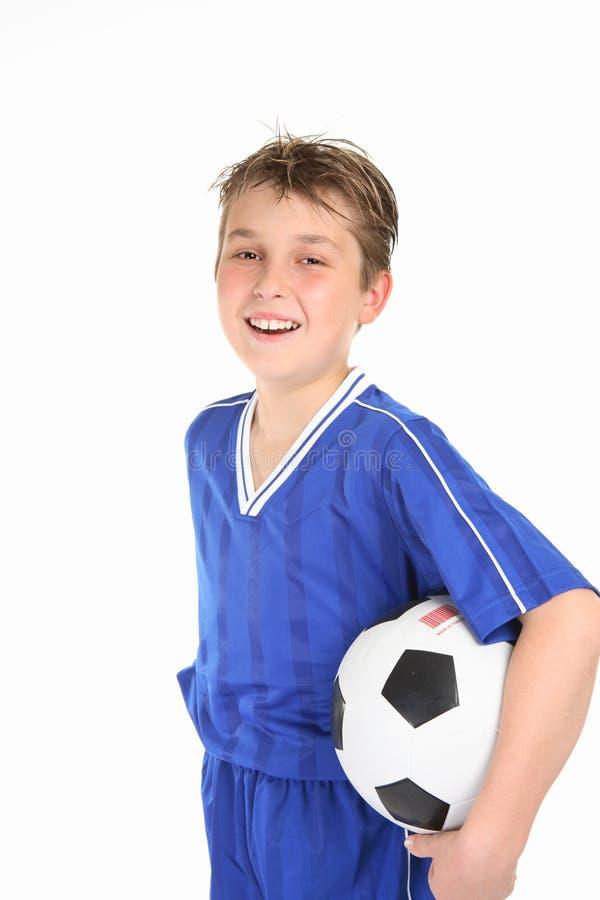Esfera de futebol feliz da terra arrendada do menino fotografia de stock royalty free