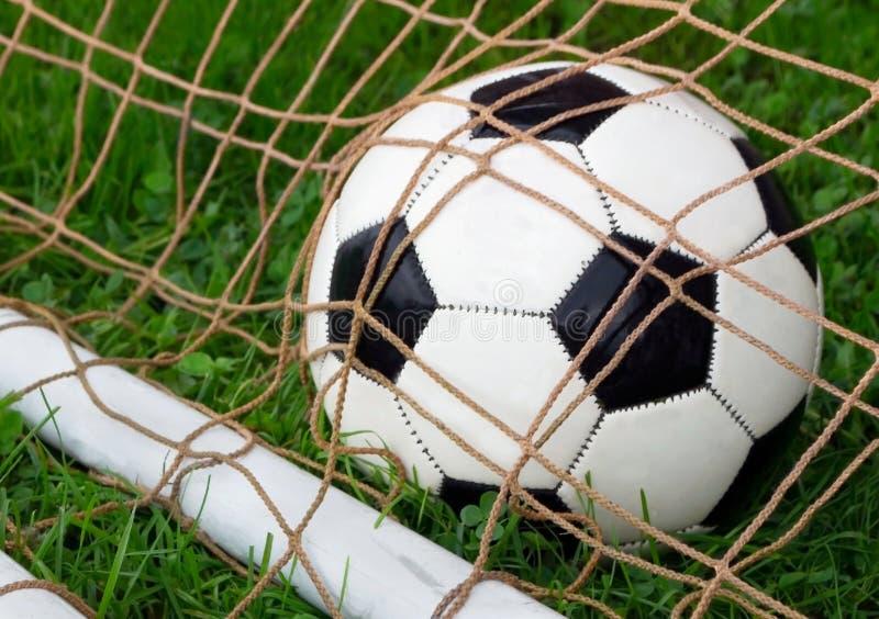 Esfera de futebol no objetivo foto de stock