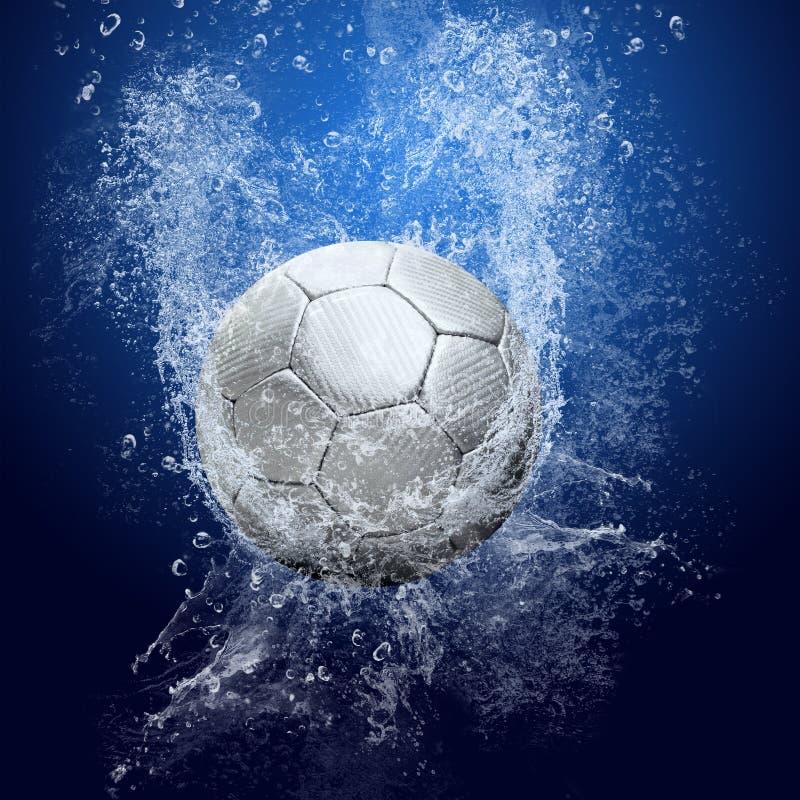 Esfera de futebol sob a água foto de stock