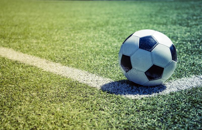 Esfera de futebol velha na grama foto de stock royalty free