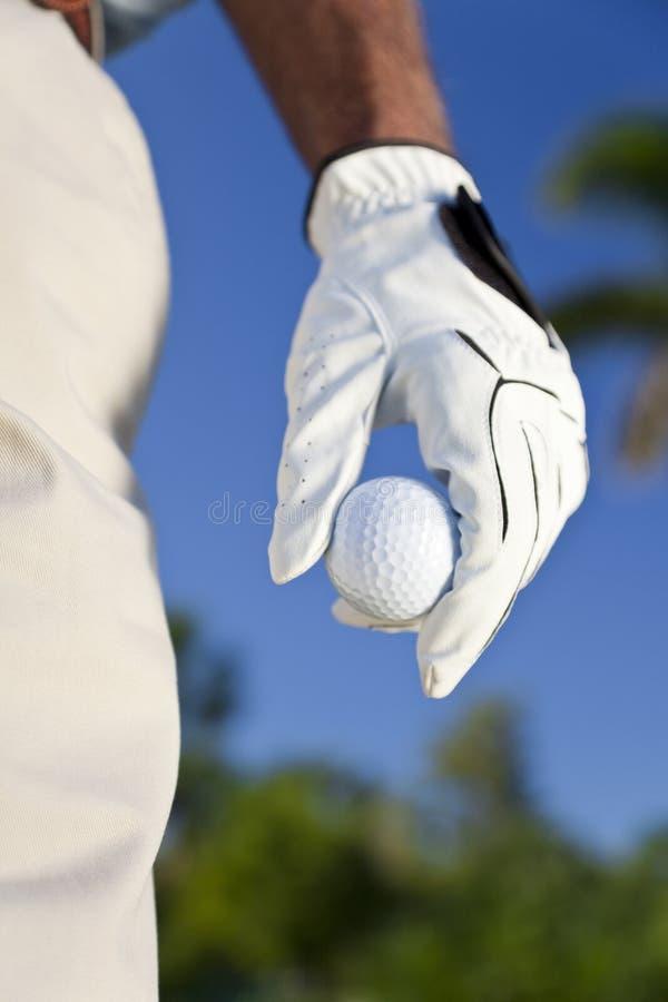Esfera de golfe da terra arrendada do jogador de golfe fotos de stock royalty free