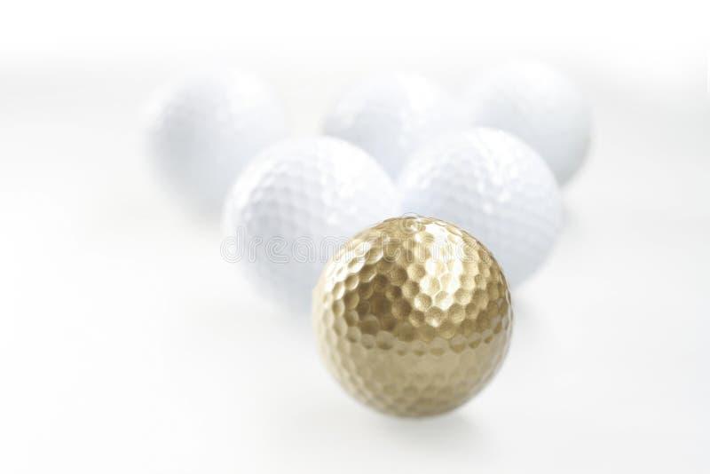 Esfera de golfe dourada foto de stock royalty free