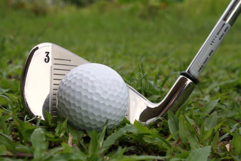 A esfera de golfe e o golfe passam o clube imagem de stock