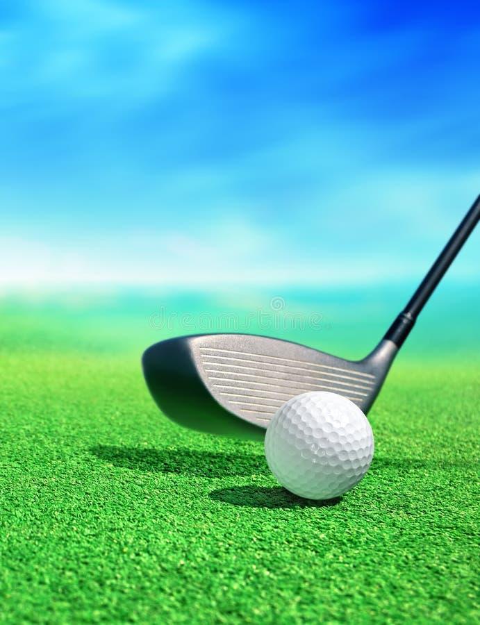 Esfera de golfe no curso fotografia de stock royalty free
