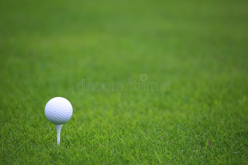 Esfera de golfe no T fotografia de stock royalty free