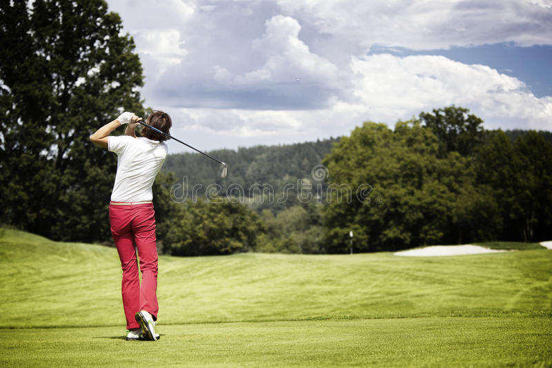 Esfera de golfe teeing-fora da mulher. fotos de stock royalty free