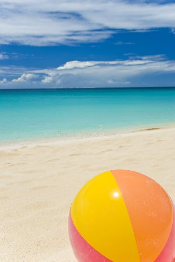 Esfera de praia em uma praia do Cararibe imagem de stock