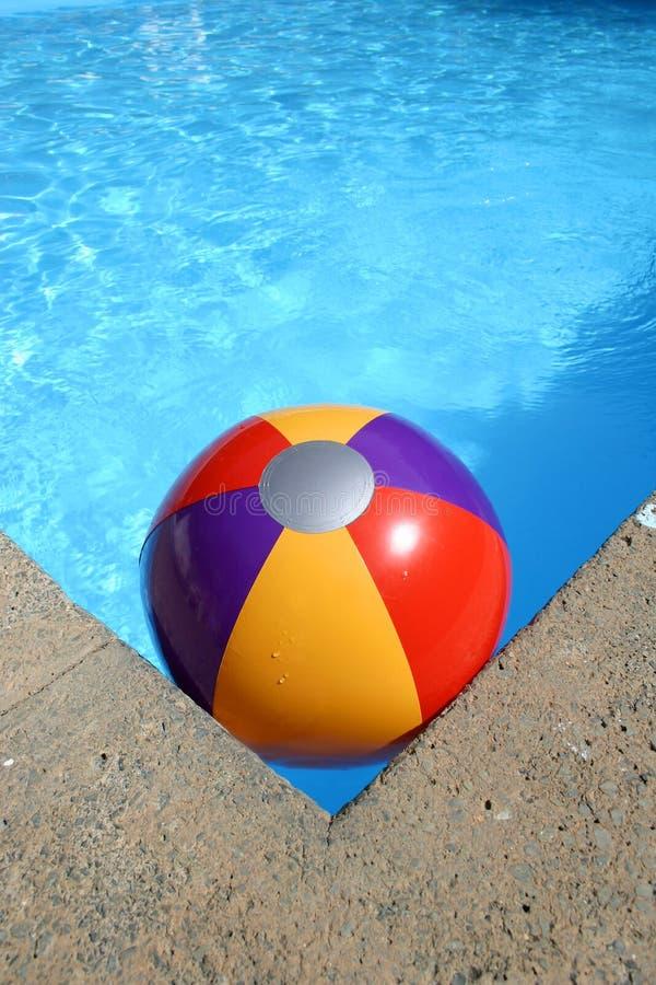 Esfera de praia na piscina imagem de stock