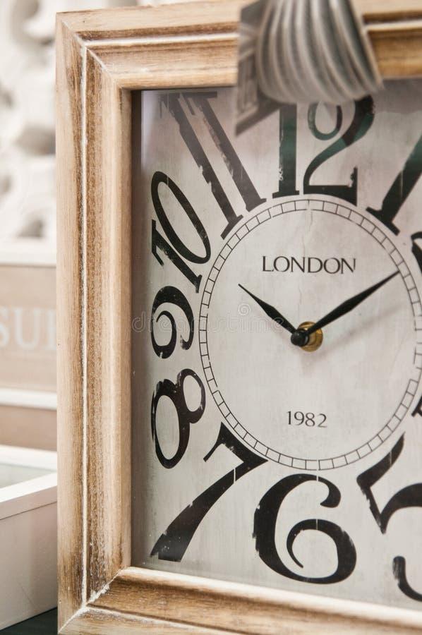 Esfera de reloj de madera con la inscripción de Londres imagen de archivo libre de regalías