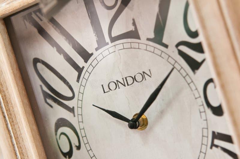 Esfera de reloj de madera con la inscripción de Londres fotos de archivo libres de regalías