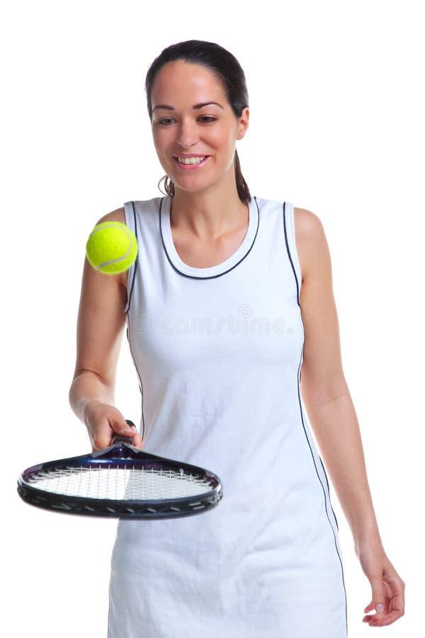 Esfera de salto do jogador de ténis da mulher na raquete imagens de stock
