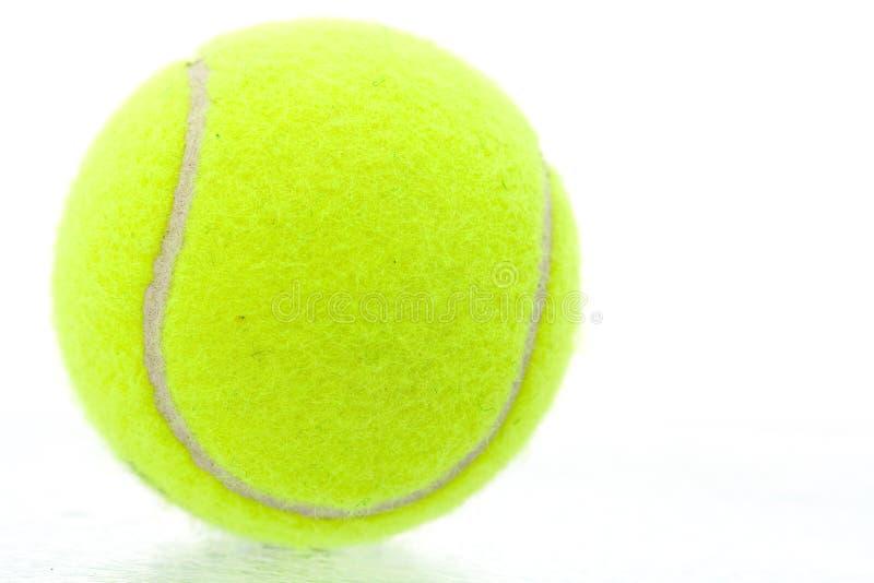 Esfera de tênis amarela foto de stock royalty free